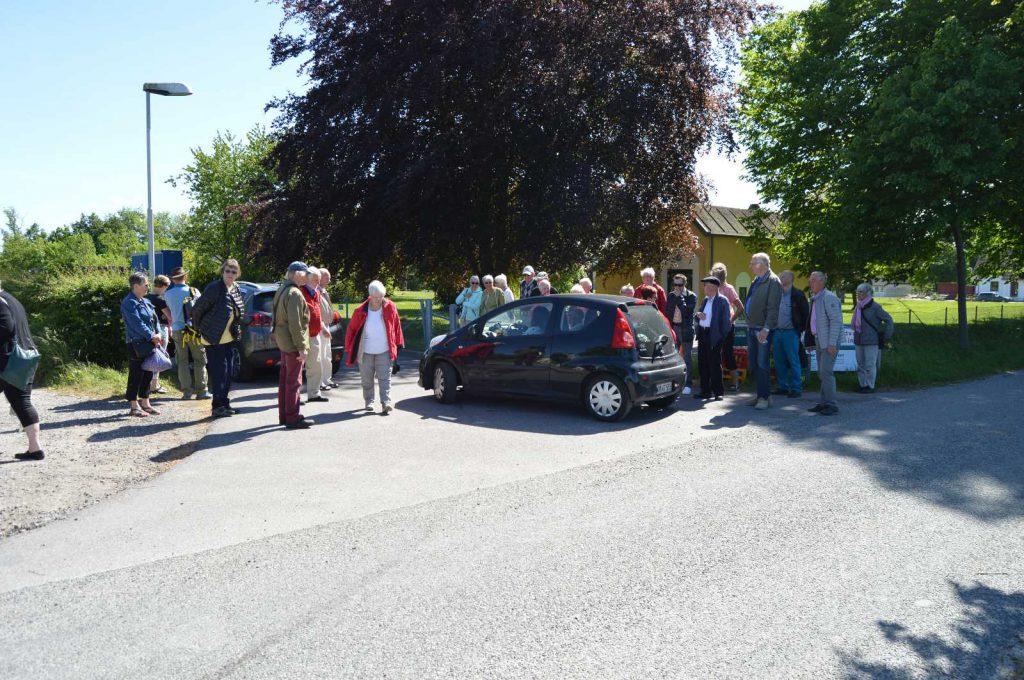 De forventningsfulde deltagere i udflugten venter på bussen.