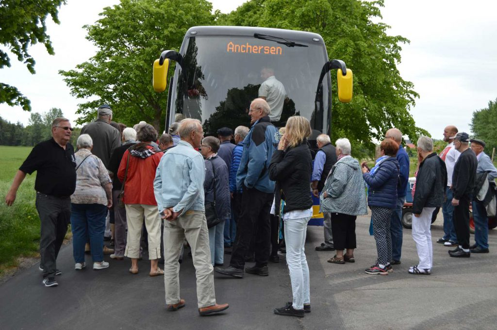 Forventningsfulde turdeltagere stiger på bussen.